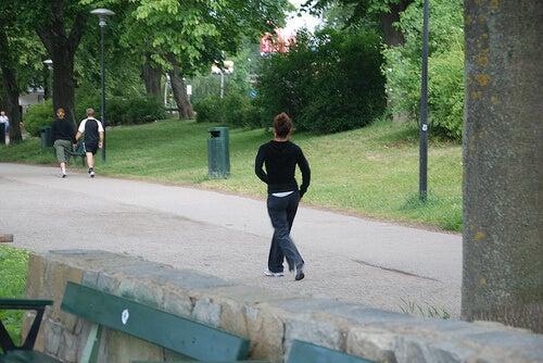 Uomo corre nel parco