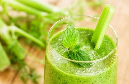 come preparare i frullati di erbe per perdere peso