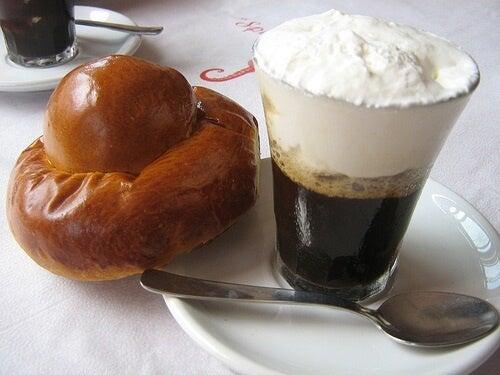 Granita di caffè guarnita di panna con brioche