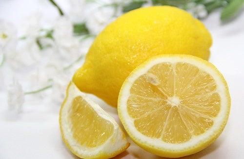 Acqua e limone ogni mattina? Scoprite perché fa bene