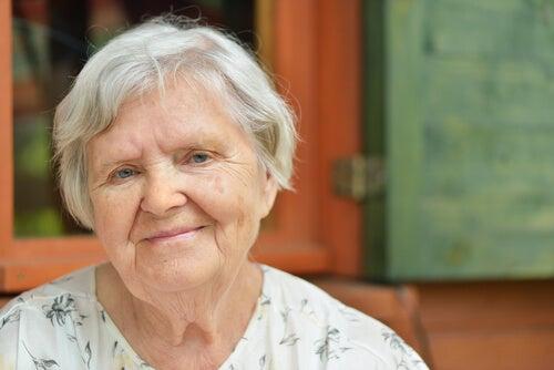 donna anziana con i capelli bianchi