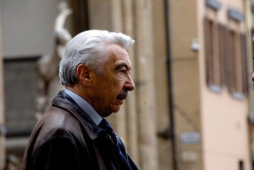 Uomo anziano di profilo con i capelli bianchi e i baffi