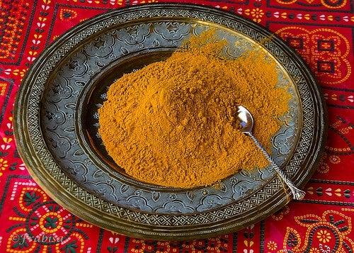 curcuma in polvere in piatto decorativo
