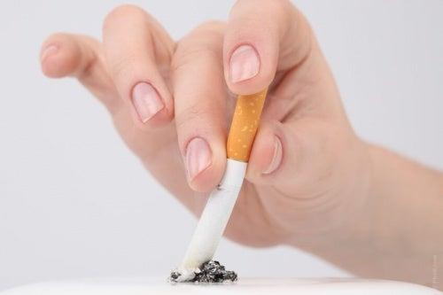 fumare tra le abitudini che danneggiano il cuore