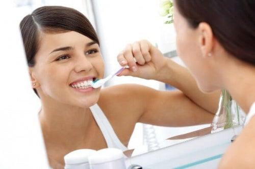 Corretta igiene orale per combattere l'alito cattivo