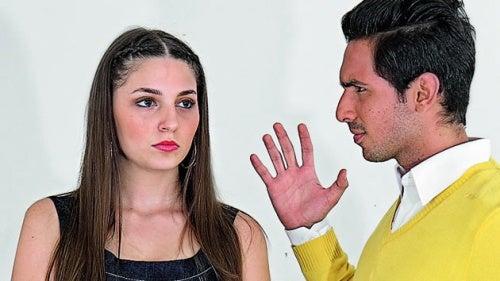 coppia che litiga per vedere chi ha ragione