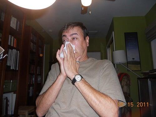 Uomo che soffre di sinusite