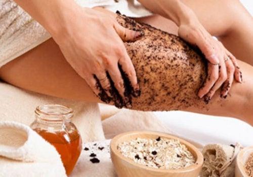 Massaggio esfoliante con caffè