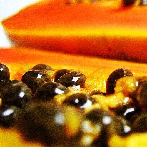 i semi di papaya possiedono grandi proprietà per la salute