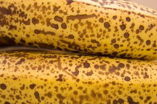 Uno degli usi della buccia di banana matura