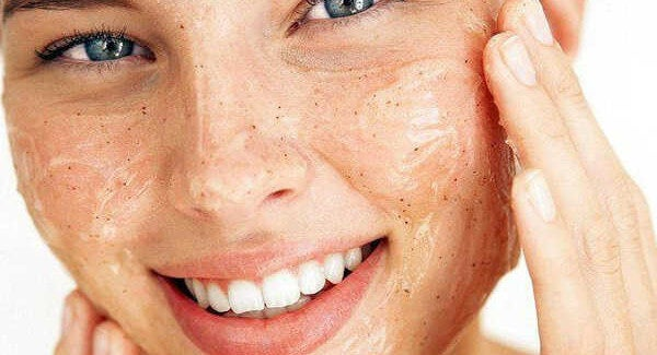 Come esfoliare la pelle e mantenerla radiosa