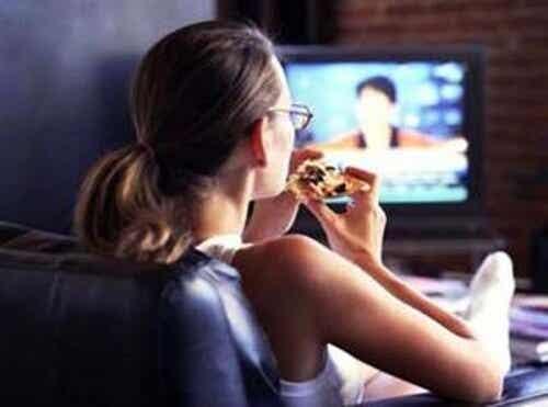 Mangiare davanti alla TV è pericoloso?