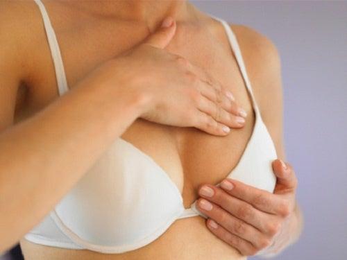 donna che si tocca il seno autoesami