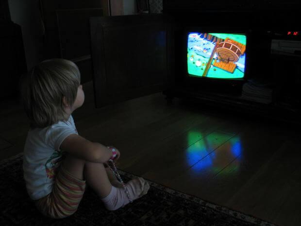 bambino davanti al televisore
