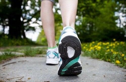 Come prendersi cura del proprio corpo camminando
