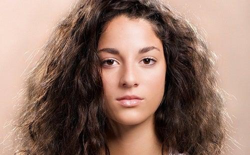 Ragazza dai capelli mossi