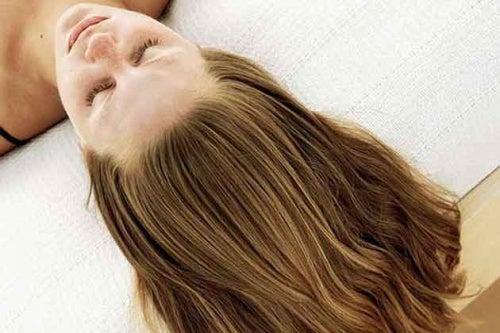 Donna che ha appena applicato una delle maschere per lisciare i capelli