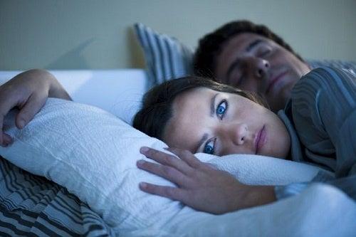 dormire e mangiare male
