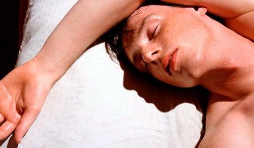 Sudare mentre si dorme: è normale?