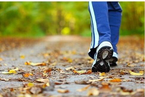 Donna che passeggia in una parco