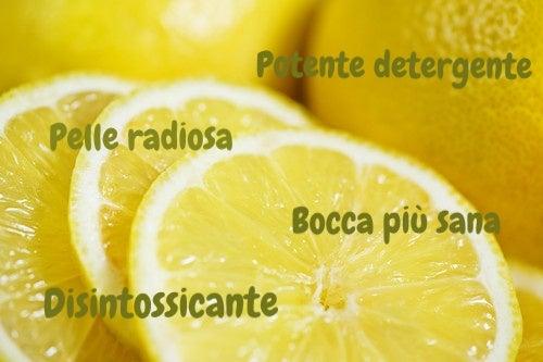 i benefici di un bicchiere di acqua e limone sono innumerevoli