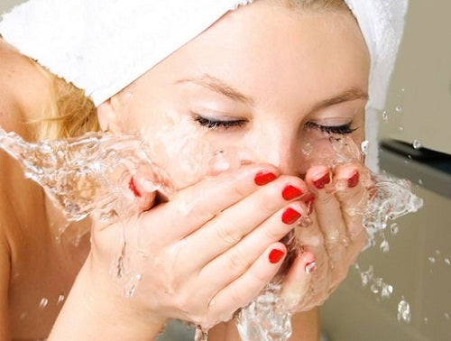 Lavare il viso con acqua