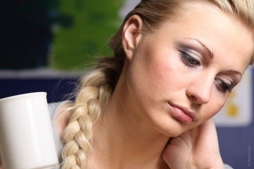 Donna triste vittima di manipolazione emotiva