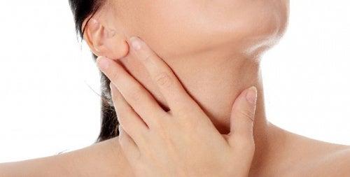 Se l'acne compare sul collo può essere sintomo di stress
