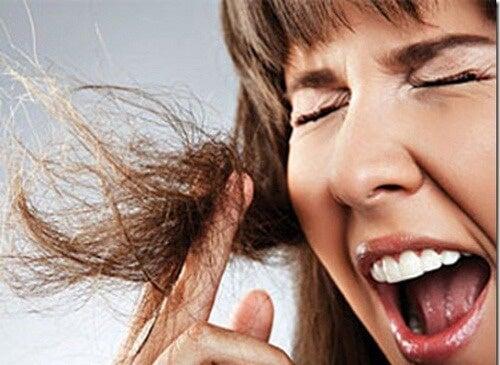 Togliere la gomma dai capelli