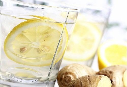 Acqua al limone e zenzero
