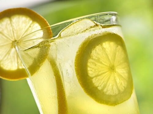 Fette di limone in acqua