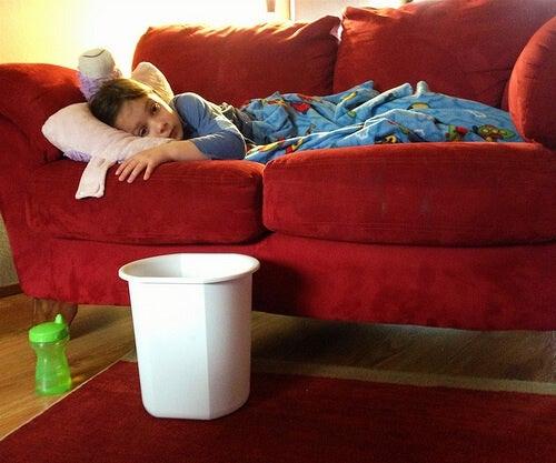 Bambino malato sdraiato sul divano