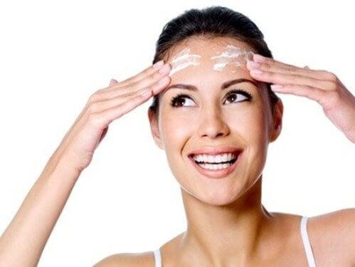 Crema idratante sulla fronte