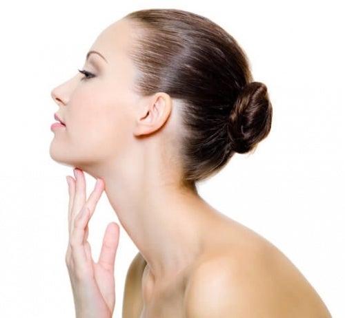 Esercizi specifici aiutano a ridurre il doppio mendo, donando elasticità alla pelle
