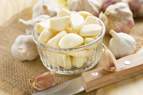 l'aglio è un ottimo rimedio per attenuare i lividi