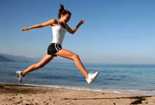 ragazza corre in riva al mare
