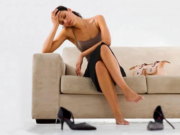 donna stanca seduta sul divano