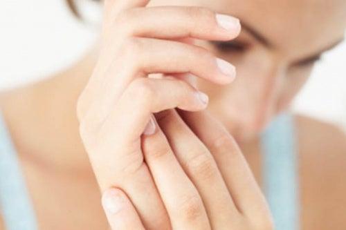 Donna giovane con mani curate