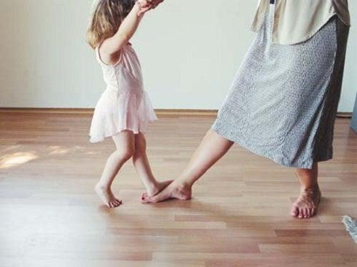 Mamma e bambina ballano