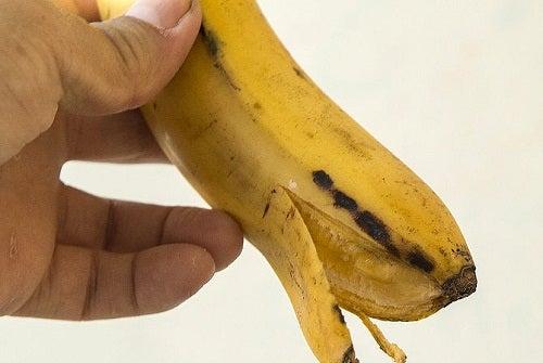 Sbiancare i denti con la buccia di banana