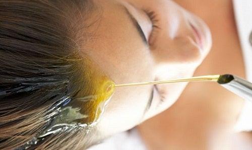 l'olio di mandorle restituisce morbidezza e luminosità ai capelli