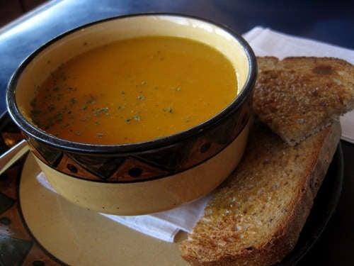 Zuppa di carote e pane