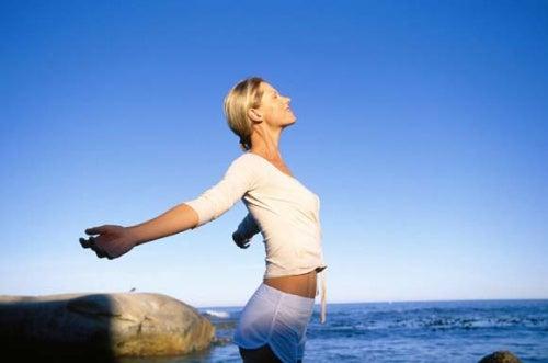 donna che respira in riva al mare