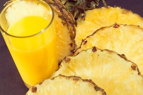 Fette di ananas e succo di ananas