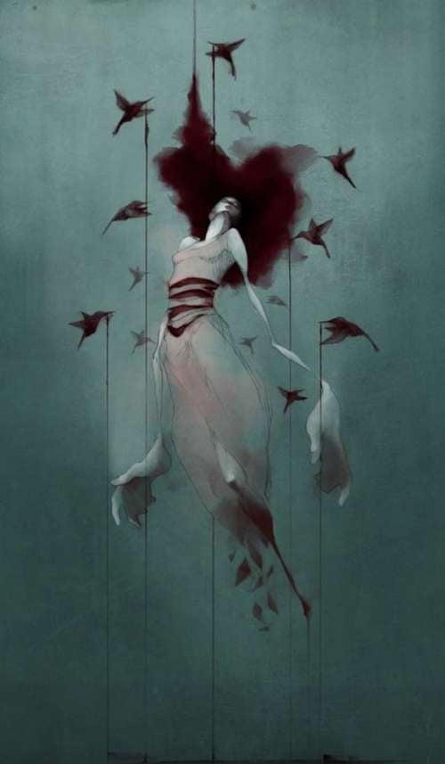donna che si libra nell'aria con uccellini