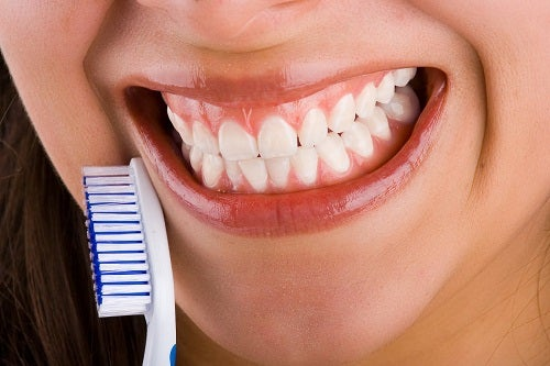 denti forti con dentifricio rimineralizzante