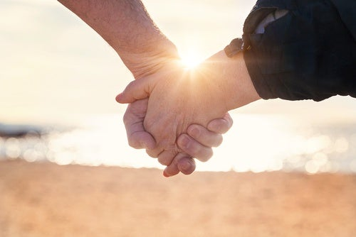 coppia che si tiene per mano