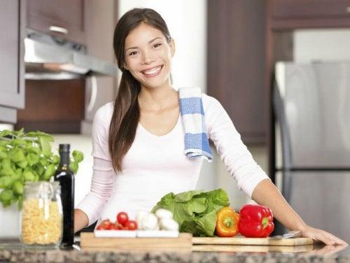 Ragazza cucina verdure