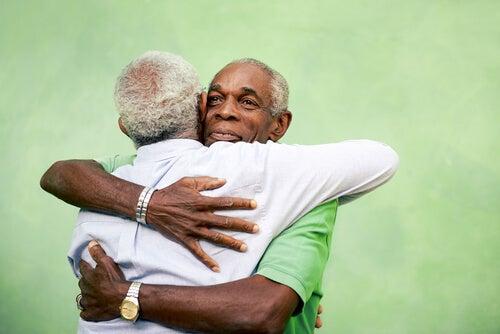 abbracci tra due uomini