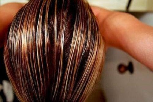 trucchi per schiarire i capelli con la camomilla